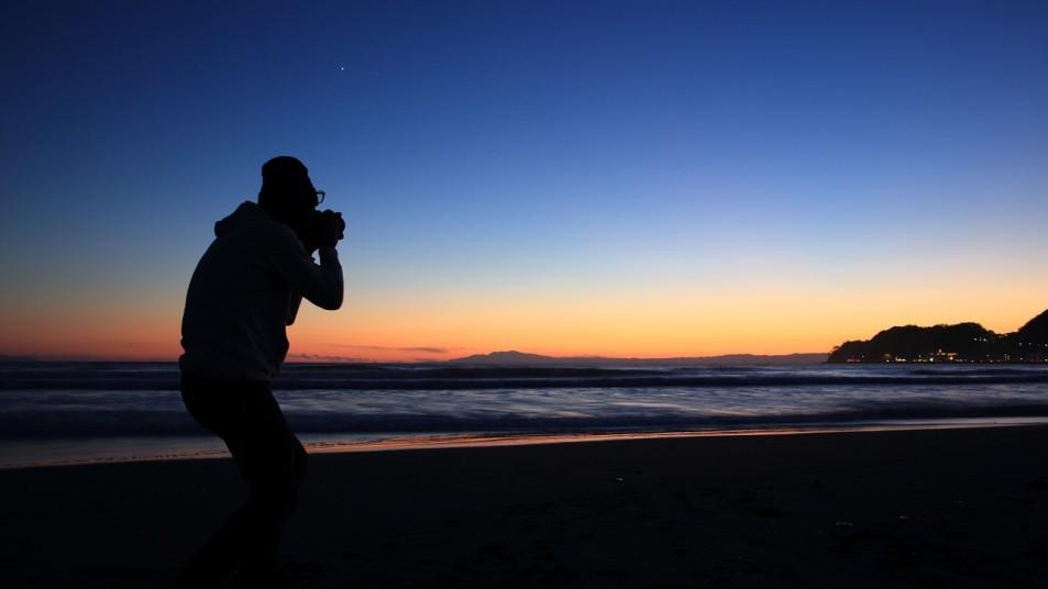 Fotograf im Sonnenuntergang am Meer